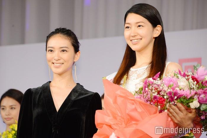 武井咲(左)とグランプリの是永瞳さん(右) (C)モデルプレス