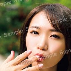 乃木坂46秋元真夏、癒やされ笑顔にキュン 特典ポストカード公開<2nd写真集「しあわせにしたい」>