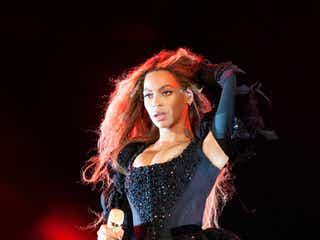 """ビヨンセ、SEXYボディスーツは""""女王の貫禄"""" 全身全霊の迫力パフォーマンスに6万人熱狂<英公演ライブレポ>"""