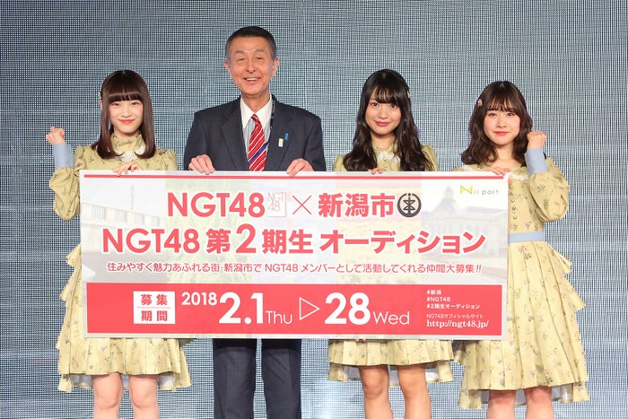 (左から)太野彩香、篠田昭新潟市長、北原里英、加藤美南(C)AKS