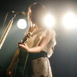 新曲「Be My Love」リリース間近の阿部真央、8月5日に実施した生配信ライブのレポートが到着!