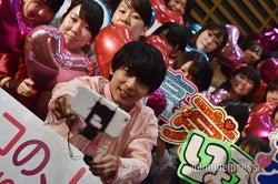 ファン約100人と自撮りをする吉沢亮 (C)モデルプレス
