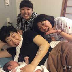 産まれたばかりの長男を抱く森三中・大島美幸(手前)と、出産に立ち会った村上知子(後方左)、黒沢かずこ(同右)=都内病院(画像:所属事務所提供)【モデルプレス】