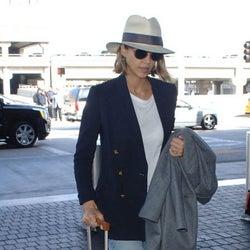 ジェシカ・アルバ、オシャレすぎる空旅ファッション