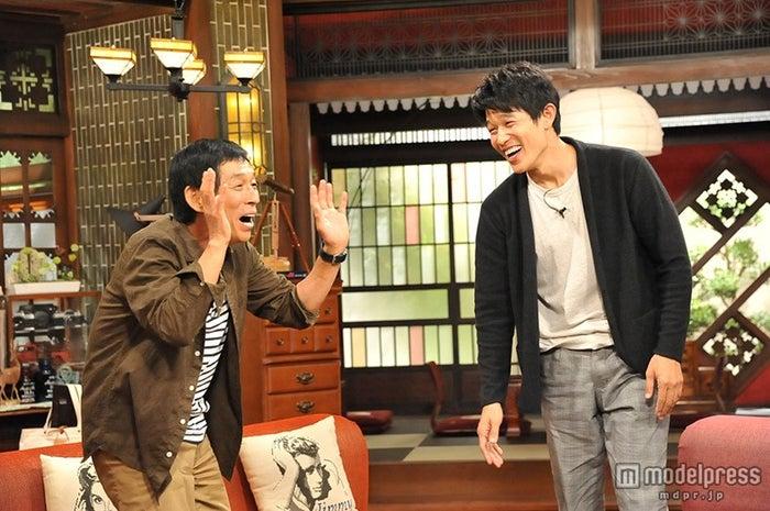 鈴木亮平(右)、明石家さんまからの厳しいツッコミにタジタジ(画像提供:関西テレビ)【モデルプレス】
