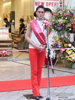 ミス・ユニバース日本代表、キュートなメガネルックで1日店長に就任
