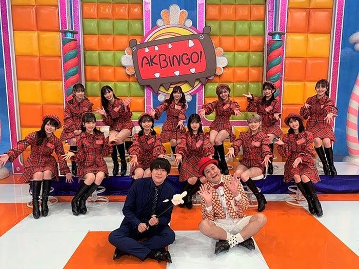(前列)ウーマンラッシュアワー(後列)出演権を獲得したAKB48メンバー (C)日本テレビ