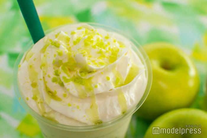 甘酸っぱいソースとアップル風味のキャンディをトッピング(C)モデルプレス