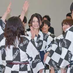試合前、円陣を組む松村香織チーム (C)モデルプレス