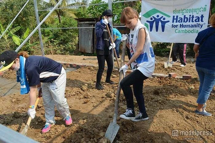 カンボジアで建設活動を行った鎌田安里紗(写真中央)/画像提供:ハビタット・フォー・ヒューマニティ・ジャパン【モデルプレス】