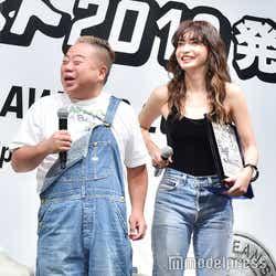 周りの登壇者(右:長谷川京子)とスタイルを比べて自虐する出川哲朗 (C)モデルプレス