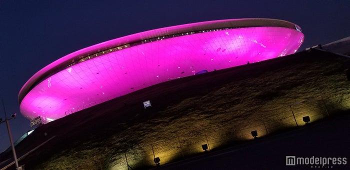 会場はピンクにライトアップ (C)モデルプレス
