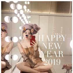 """モデルプレス - 小嶋陽菜、毎年恒例""""SEXY年賀状"""" 今年は美バストあらわなイノシシに"""