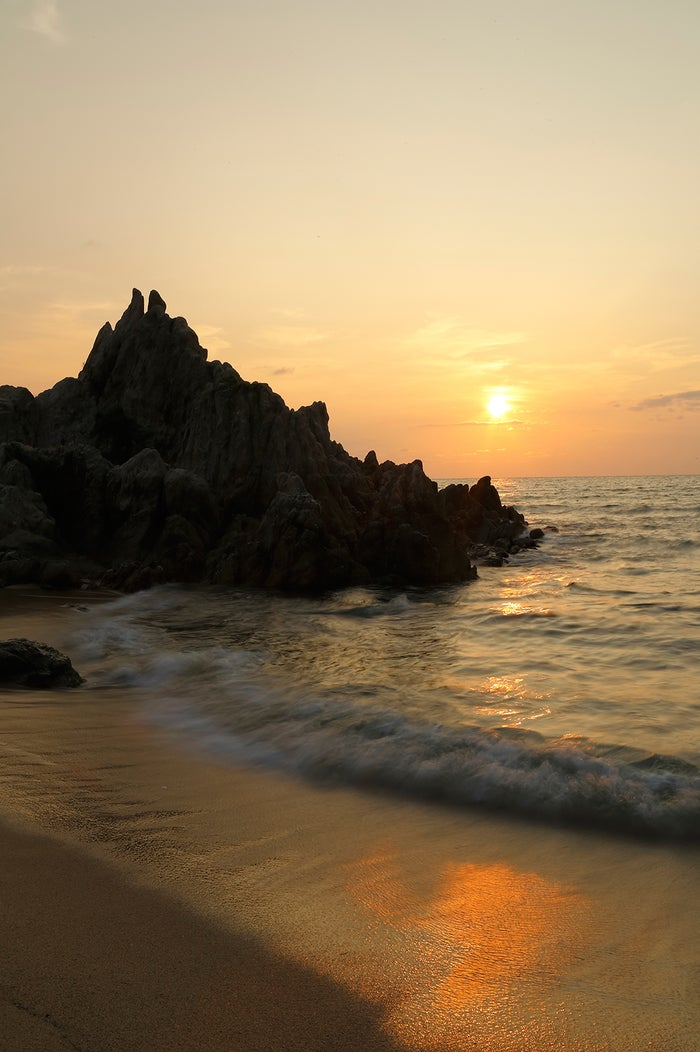 美しいビーチでロマンチックな夕日を眺める時間がなんとも素敵(提供画像)