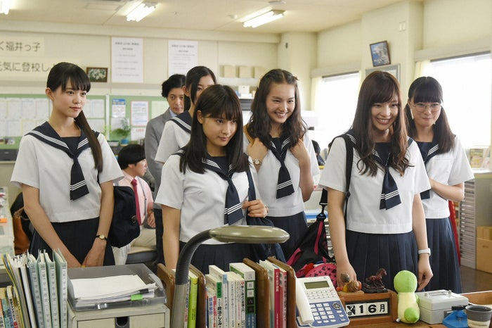箭内夢菜(右から3番目)/「チア☆ダン」第2話より(C)TBS
