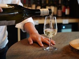 3,000円で100種類の厳選「ワイン」が飲み放題!? 運命の一杯に出逢えるワインバー『ノムノ』