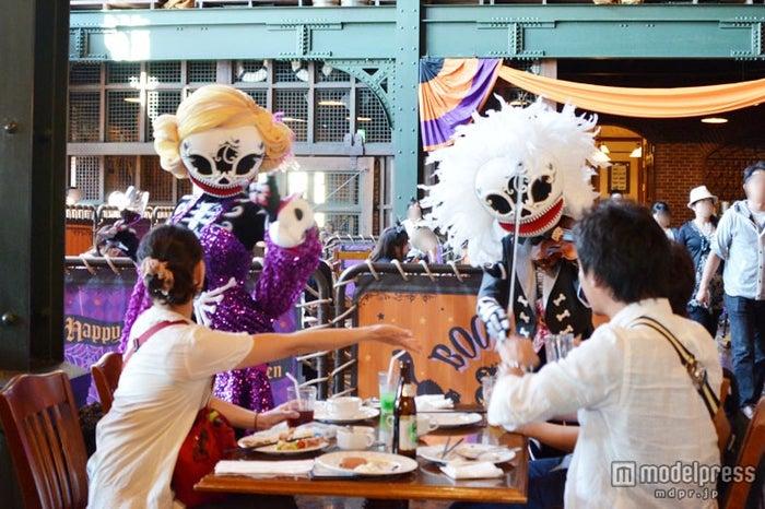 「セイリングデイ・ブッフェ」でゲストと交流(写真は2013年の物)
