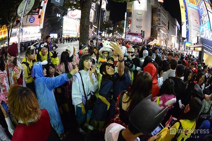自撮りする人々/渋谷の街の様子
