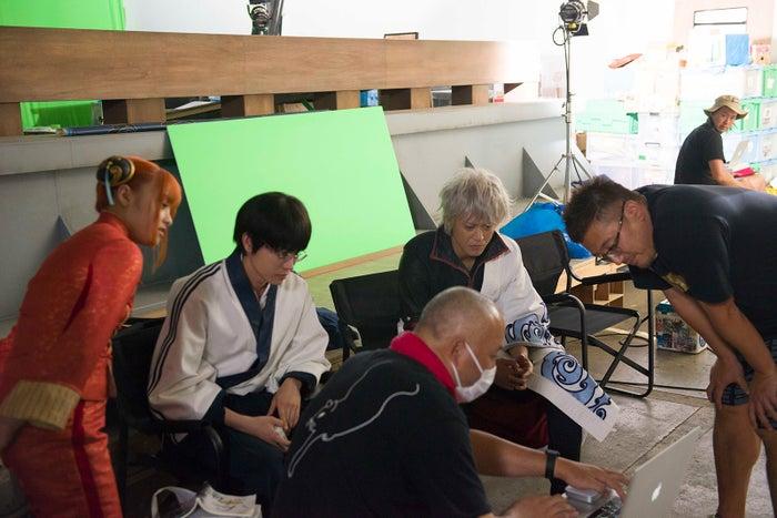 真剣かつ笑いの絶えない現場だ(C)空知英秋/集英社 (C)2017 映画「銀魂」製作委員会