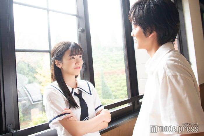 同じ目線で語り合う永野芽郁(左)と北村匠海(右)(C)モデルプレス
